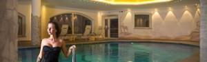 Laciati cullare dall'acqua in piscina in Trentino, affidati al Relais Hotel Des Alpes